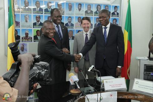 Poignée de main entre le ministre de l'Energie et le Directeur général de la SBEE