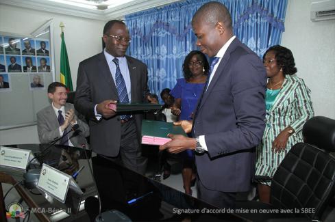 Echange de parapheurs entre Gabriel Dégbègni, Coordonnateur national de MCA-Bénin II, et Laurent Tossou, Directeur Général de la SBEE