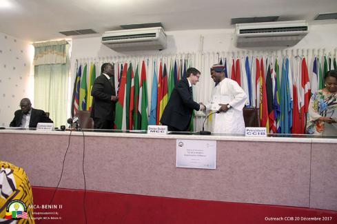 CCIB : échange de poignées de main à la fin de la conférence